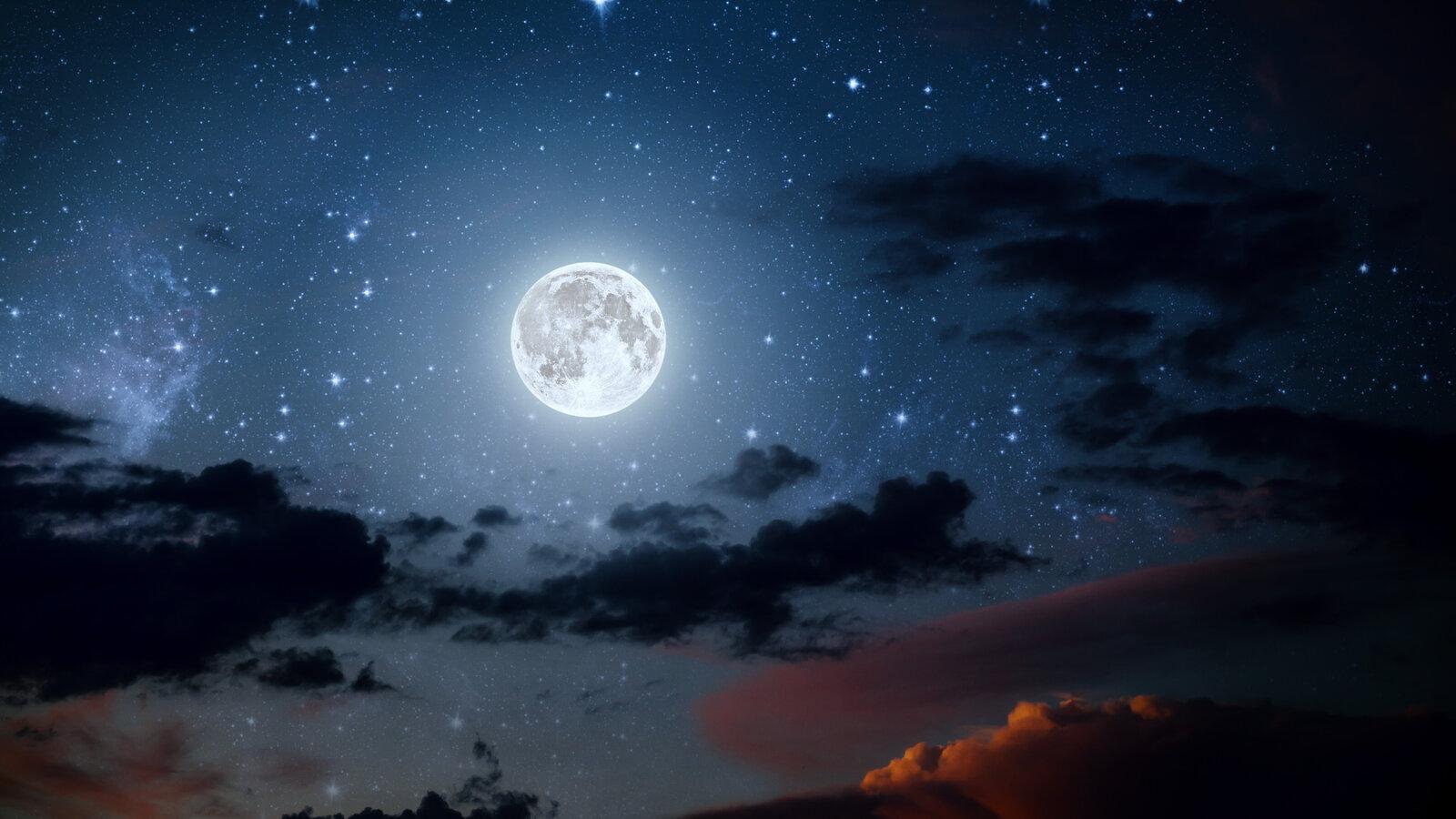 täysikuu kuunvalo valaisee veden pintaa kirkkaasti